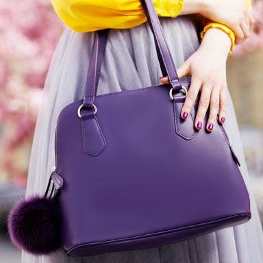 Handtasche lila am Körper